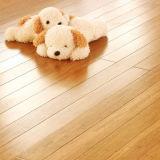 Un piso de bambú sólido grado