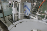 Petróleos esenciales naturales superiores que llenan la máquina que capsula