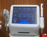 Face professionnelle de salon serrant les machines faciales d'ultrason