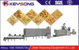 Petiscos soprados de venda quentes do milho que fazem o processamento da máquina