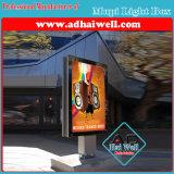表示ライトボックスを広告するバックライトを当てられたLEDのストリップをスクロールする都市Mupi