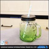 Vaso di muratore della bottiglia di vetro con la maniglia e la paglia