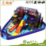 Castelo interno do campo de jogos macio e brinquedos engraçados dos miúdos