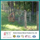 電流を通された安い農場の塀を囲う安いブタワイヤー農場