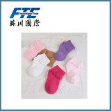 Calzini del bambino con le calze dei bambini della decorazione del merletto