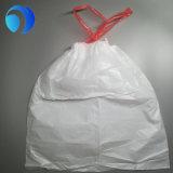 Weißer kleiner Drawstring-Abfall-Plastikbeutel auf Rolle