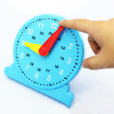 おもちゃを学ぶ学校供給の知恵のクロック教育