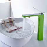 Grifo de agua de cobre amarillo del lavabo del cuarto de baño