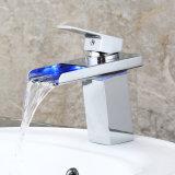 Fa003 LED weiße Glastemperatur des heißes und kaltes Wasser-Bassin-Hahns