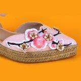 Le signore dentellano le scarpe di tela aguzze dei sandali degli appartamenti di stampa del fiore della punta