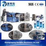 Машина автоматического завода минеральной вода бутылки любимчика разливая по бутылкам