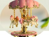 Vrolijke de hars gaat om de Muziekdoos van de Carrousel met het Speelgoed van de Giften van Kerstmis van de LEIDENE Verjaardag van de Verlichting voor Jonge geitjes