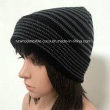 縞が付いている100%のアクリルの帽子