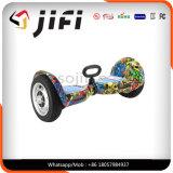 """Auto que balança o """"trotinette"""" elétrico de dois veículos com rodas, """"trotinette"""" elétrico da mobilidade"""