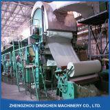 Altpapier, das Maschine aufbereitet, um Seidenpapier rollen zu lassen