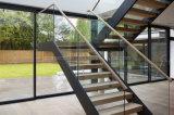 Escadaria reta de aço interior do projeto moderno para a casa residencial com etapa da madeira contínua