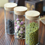 さまざまな容量のガラス蜂蜜の瓶および食糧記憶