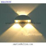 Indicatori luminosi fissati al muro della stanza da bagno moderna dell'interno contemporanea della camera da letto del LED