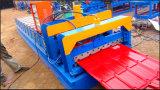 Roulis glacé de tuile de toit de couleur formant la machine