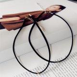 De Halsband van de nauwsluitende halsketting van het het Zwarte Goud/Zilver dat van de Parels van het Metaal van het Leer wordt gemaakt