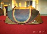 فرقعت فوق خيمة مع [فرب] صلبة. يتيح أن ينصب وطويت