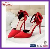 女性のための赤いカラーサテンの先の尖った靴