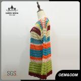 女性はスカラップで仕上げられたかぎ針編みのセーターを作る