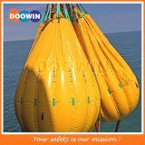 A água enchida torna mais pesado o saco para o teste e o reator da carga do guindaste