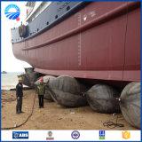 Navio que lanç e que aterra os sacos de ar de borracha do barco inflável marinho