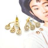 金張りの女性のための水晶スタッドのイヤリングで満ちている白い模倣真珠