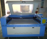 De computer sluit de Automatische Machine van de Graveur van de Laser aan