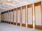 Schieben der Trennwände für Konferenzsaal/Vielzweckhall