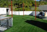 Gramado artificial do relvado dos serviços de manutenção do jardim