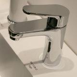 洗面器のコックの浴室の蛇口のハンドル