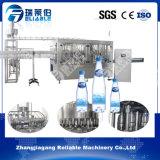 浄化された飲料水のびんの充填機