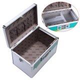 A caixa pequena de alumínio dos primeiros socorros do armazenamento da medicina com deve prender com correias