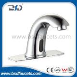 Руки освобождают автоматический Faucet ванной комнаты крана воды смесителя тазика датчика