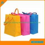 多彩な標準袋。 装飾的な紙袋。 クラフトのペーパー