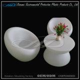 多彩なLEDの家具によって照らされる椅子の再充電