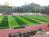 Grama artificial com verticalidade boa para o campo de futebol com cores misturadas