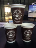 Taza de café de papel caliente del diseño de encargo disponible de la insignia