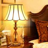 ヨーロッパのホテルの装飾的なガラス陰の真鍮のベッドサイド・テーブルランプ