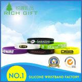 Förderndes Geschenk kundenspezifischer Debossed SilikonWristband mit der Farbe gefüllt