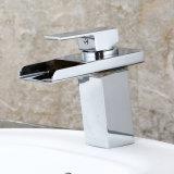 Temperatura de cristal blanca de Fa003 LED del grifo del lavabo de la agua caliente y fría