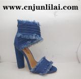 نمو نساء حذاء في دنيم