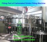 Máquina de rellenar automática llena del agua de soda