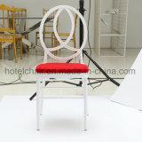 庭の家具が付いている屋外の白い椅子そして赤いクッションの一定のChiavariの椅子