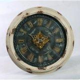 ローマ数字の円形の金属の柱時計を飾りなさい