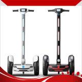 Individu populaire équilibrant le scooter électrique de golf avec le guidon