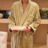 Hommes de peignoir d'hôtel et amoureux de épaississement de femmes toute la robe de coton